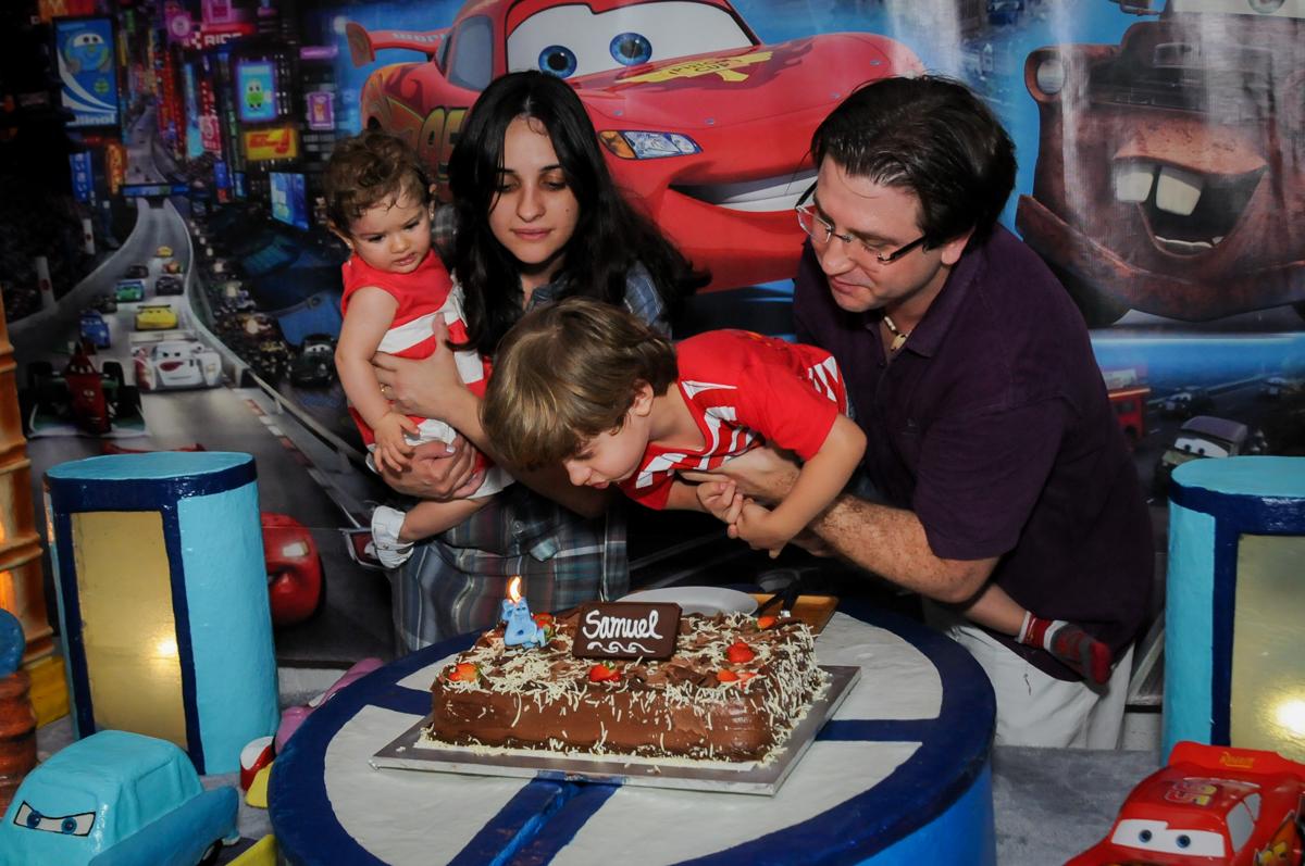 soprando a velinha do bolo no Buffet Fábrica da Alegria, Morumbi, SP. festa infantil, Samuel 4 anos, tema Carros