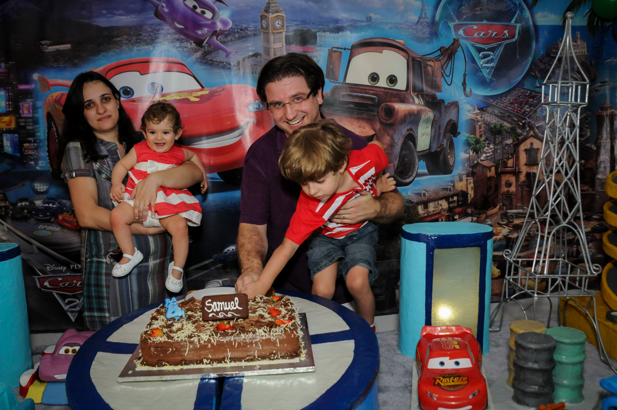 hora de cortar o primeiro pedaço de bolo no Buffet Fábrica da Alegria, Morumbi, SP. festa infantil, Samuel 4 anos, tema Carros