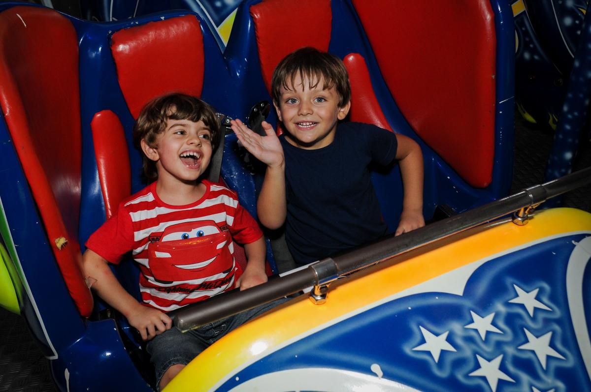 fim de festa no brinquedo jornada nas estrelas no Buffet Fábrica da Alegria, Morumbi, SP. festa infantil, Samuel 4 anos, tema Carros