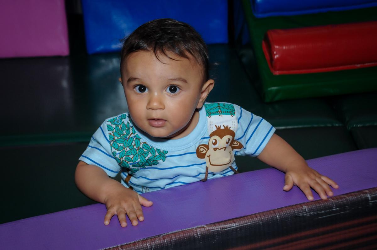 amiguinho brinca na área baby no Buffet Fábrica da Alegria, festa infantil, tema da mesa branca de neve aniversarinte Kaylane 3 aninhos