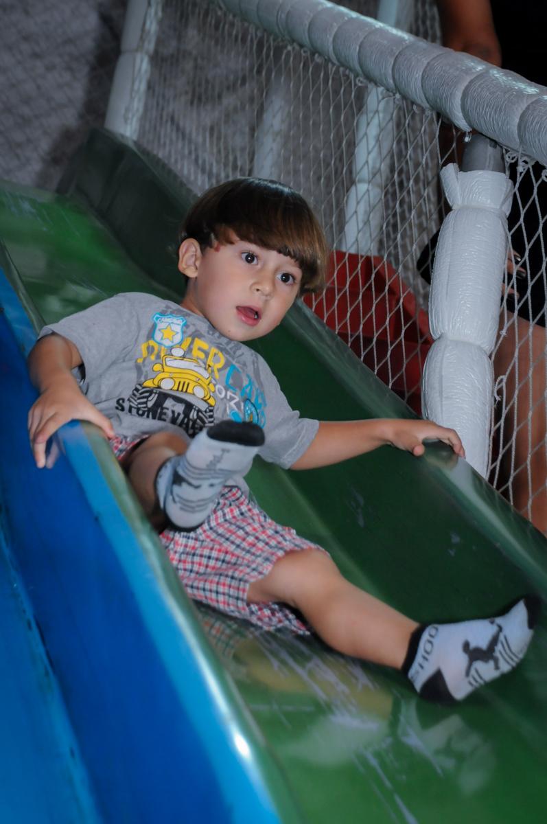 convidado brinca no escorregador do brinquedão no Buffet Fábrica da Alegria, festa infantil, tema da mesa branca de neve aniversarinte Kaylane 3 aninhos