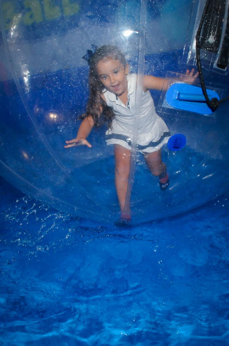 brincadeira na bola aquática no Buffet Fábrica da Alegria, festa infantil, tema da mesa branca de neve aniversarinte Kaylane 3 aninhos
