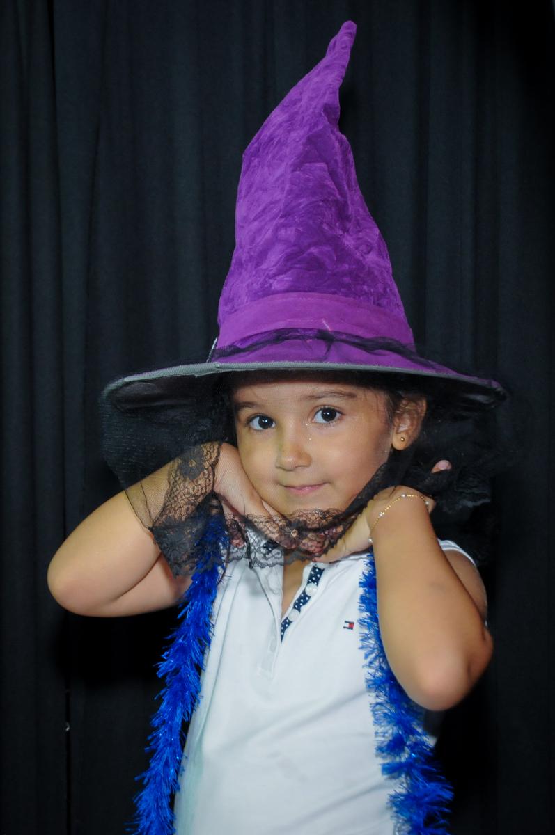 amiguinha fantasiada de bruxa no Buffet Fábrica da Alegria, festa infantil, tema da mesa branca de neve aniversarinte Kaylane 3 aninhos