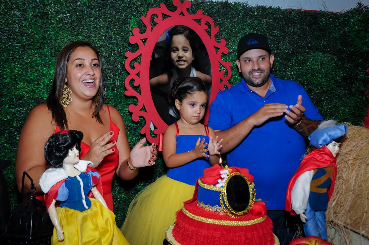 muitas palmas no parabéns no Buffet Fábrica da Alegria, festa infantil, tema da mesa branca de neve aniversarinte Kaylane 3 aninhos