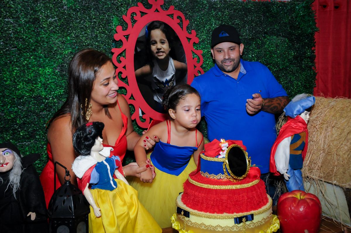 soprando a velinha do bolo no Buffet Fábrica da Alegria, festa infantil, tema da mesa branca de neve aniversarinte Kaylane 3 aninhos