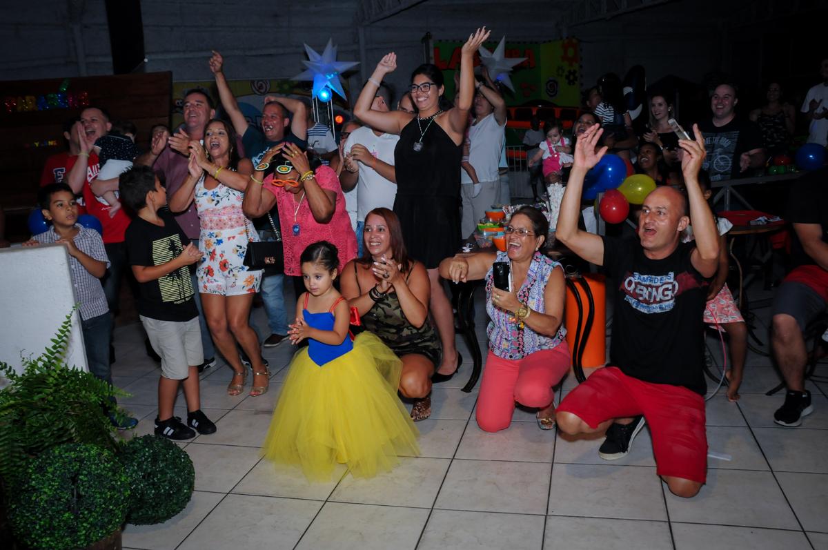 mais balada no Buffet Fábrica da Alegria, festa infantil, tema da mesa branca de neve aniversarinte Kaylane 3 aninhos