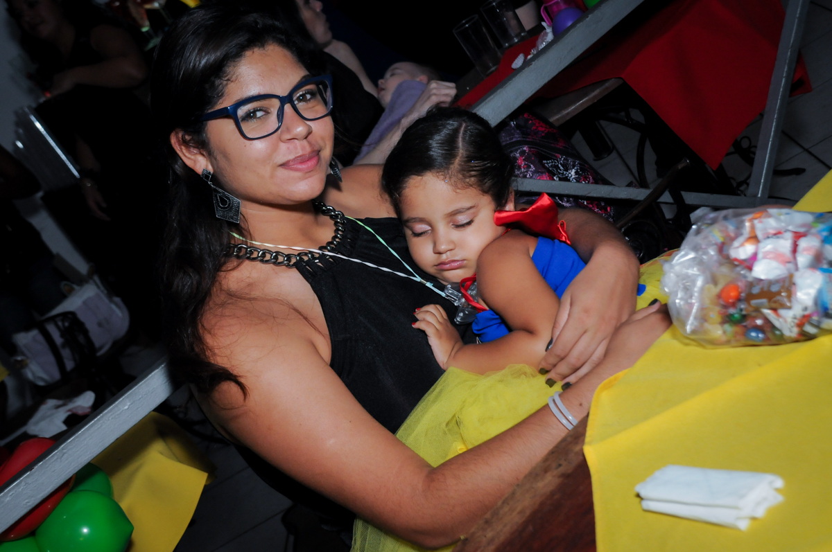 fim da festa aniversariante dorme no colo da titia no Buffet Fábrica da Alegria, festa infantil, tema da mesa branca de neve aniversarinte Kaylane 3 aninhos