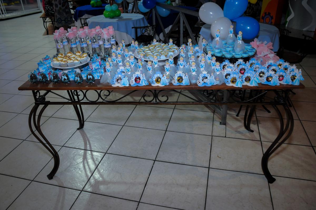 mesa de doces no Buffet Fábrica da Alegria, Osasco,Sp, Festa infantil, Vitória 8 anos, tema da festa Cinderela