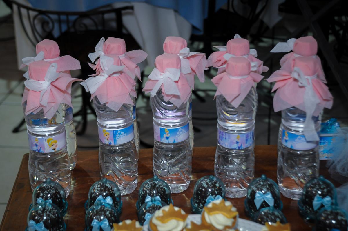 mesa de cup cake no Buffet Fábrica da Alegria, Osasco,Sp, Festa infantil, Vitória 8 anos, tema da festa Cinderela