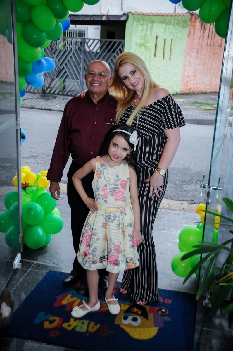 Família sendo fotografada no arco de bexigas no Buffet Fábrica da Alegria, Osasco,Sp, Festa infantil, Vitória 8 anos, tema da festa Cinderela