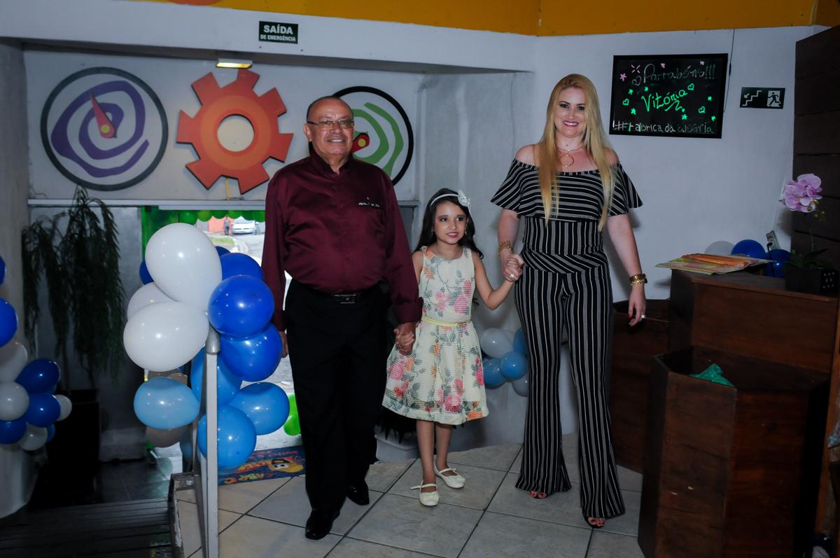 entrada da família para a festa no Buffet Fábrica da Alegria, Osasco,Sp, Festa infantil, Vitória 8 anos, tema da festa Cinderela