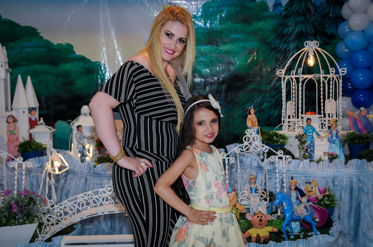 foto da mãe e da aniversariante na mesa decorada no Buffet Fábrica da Alegria, Osasco,Sp, Festa infantil, Vitória 8 anos, tema da festa Cinderela