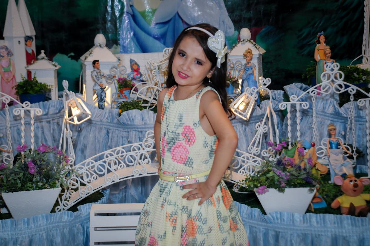 pose para foto da aniversariante em frente a mesa decorada no Buffet Fábrica da Alegria, Osasco,Sp, Festa infantil, Vitória 8 anos, tema da festa Cinderela