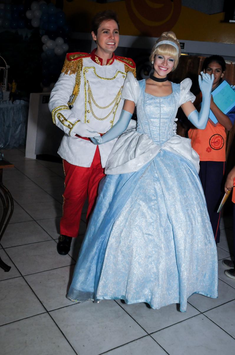 entrada da cinderela e do príncipe no Buffet Fábrica da Alegria, Osasco,Sp, Festa infantil, Vitória 8 anos, tema da festa Cinderela