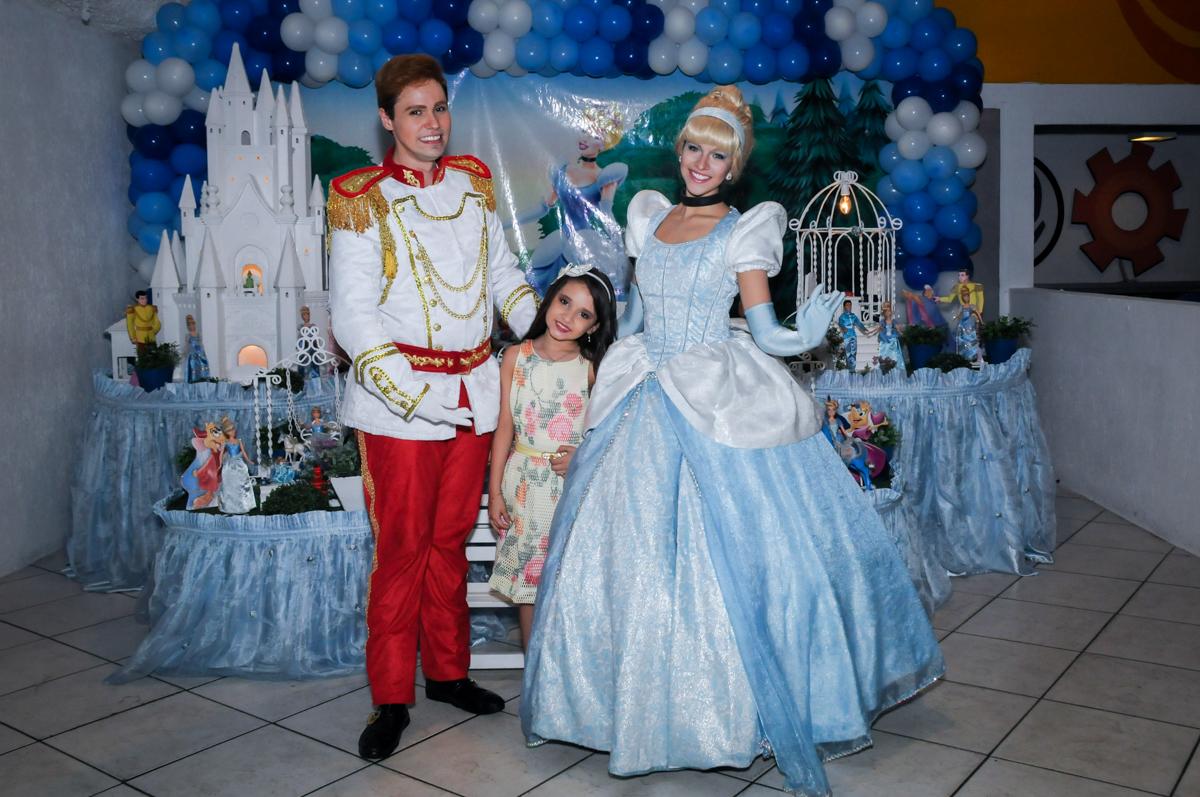 foto da aniversariante com o príncipe e da cinderela no Buffet Fábrica da Alegria, Osasco,Sp, Festa infantil, Vitória 8 anos, tema da festa Cinderela