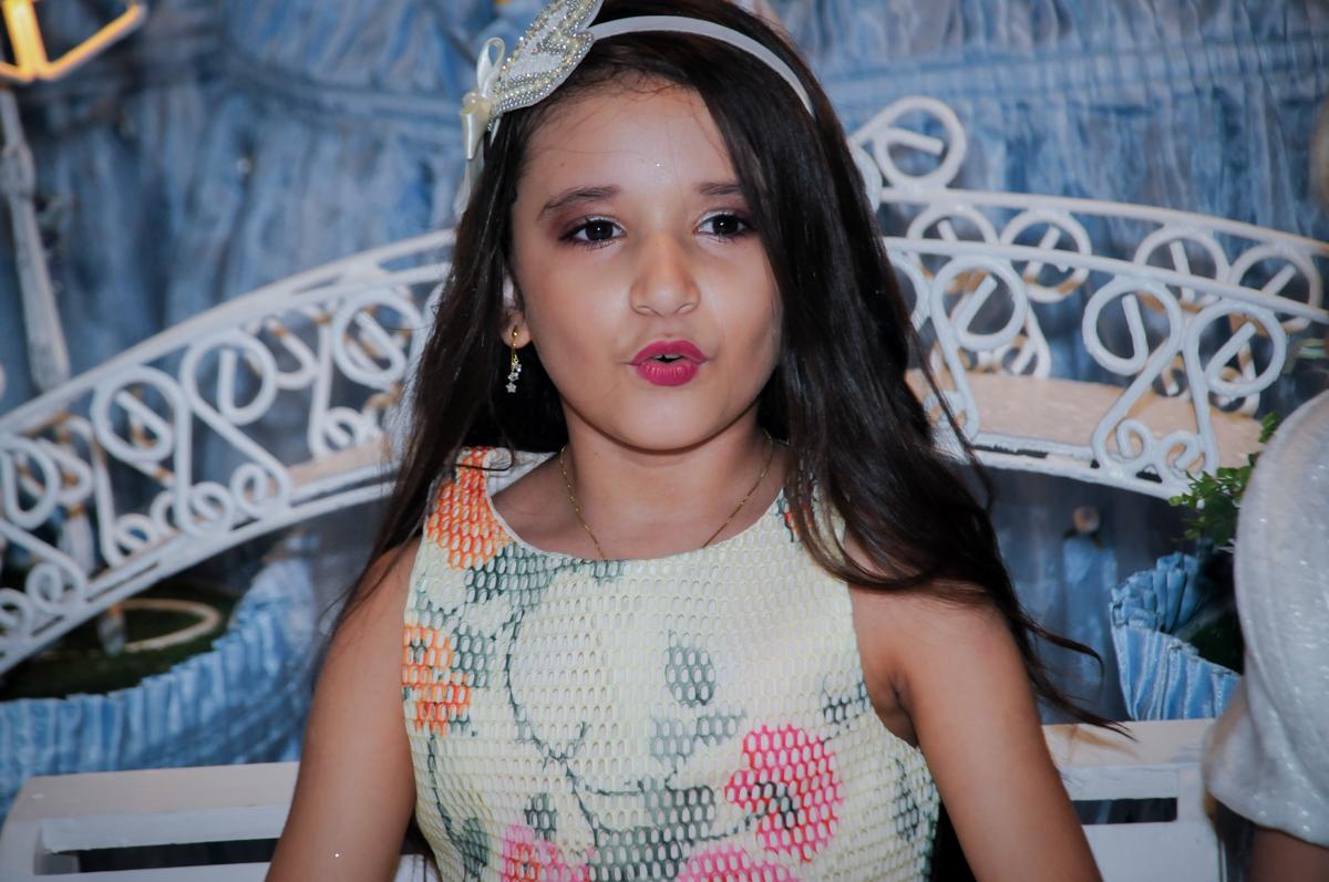 aniversariante está feliz em sua festa de aniversário no Buffet Fábrica da Alegria, Osasco,Sp, Festa infantil, Vitória 8 anos, tema da festa Cinderela