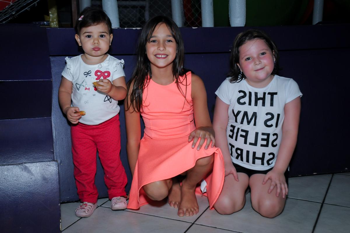 amigas reunidas para fazer foto no Buffet Fábrica da Alegria, Osasco,Sp, Festa infantil, Vitória 8 anos, tema da festa Cinderela