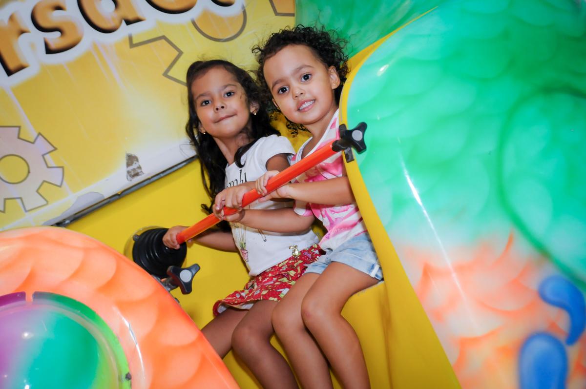 as crianças se divertem brincando no barco Vick no Buffet Fábrica da Alegria, Osasco,Sp, Festa infantil, Vitória 8 anos, tema da festa Cinderela