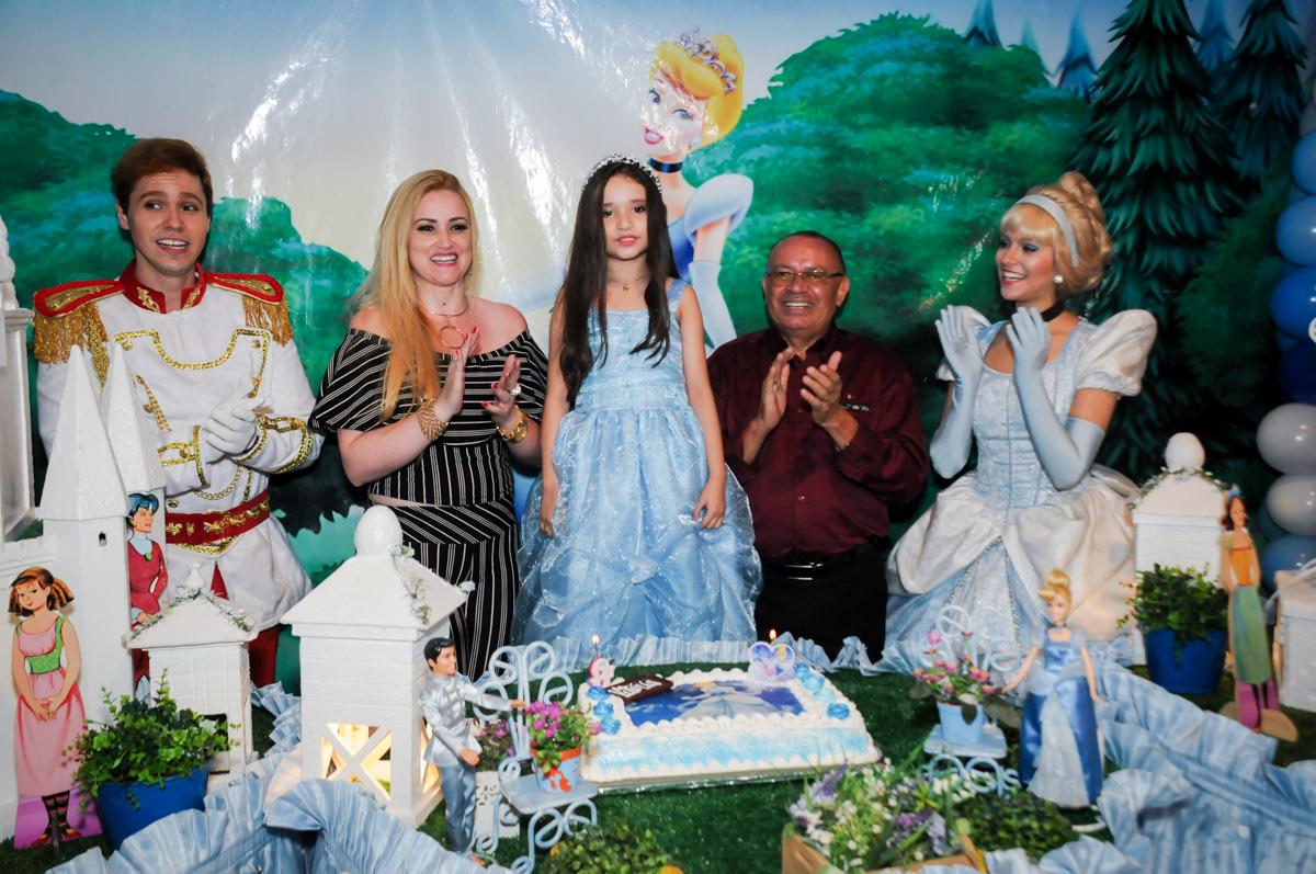 cantando parabéns no Buffet Fábrica da Alegria, Osasco,Sp, Festa infantil, Vitória 8 anos, tema da festa Cinderela