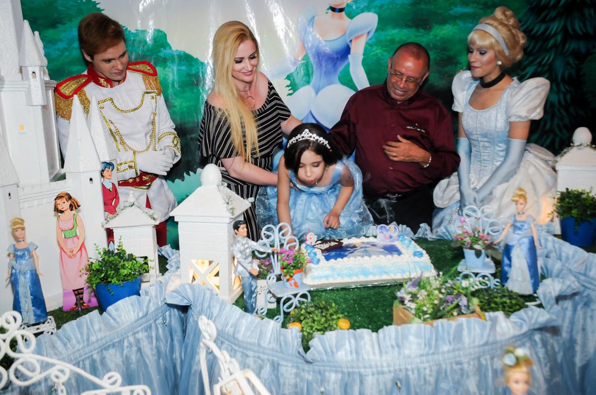 soprando a velinha do bolo no Buffet Fábrica da Alegria, Osasco,Sp, Festa infantil, Vitória 8 anos, tema da festa Cinderela