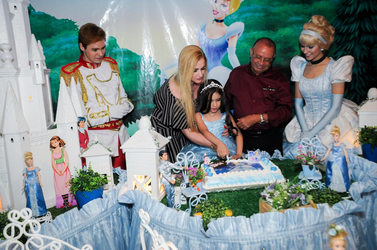 cortando o primeiro pedaço de bolo no Buffet Fábrica da Alegria, Osasco,Sp, Festa infantil, Vitória 8 anos, tema da festa Cinderela