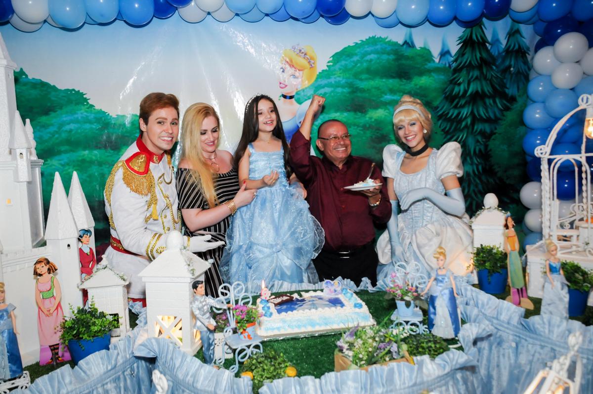 o pai da aniversariante ganha o primeiro pedaço de bolo no Buffet Fábrica da Alegria, Osasco,Sp, Festa infantil, Vitória 8 anos, tema da festa Cinderela