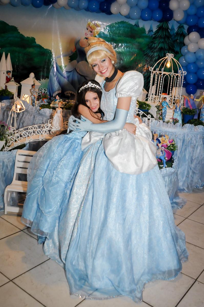 aniversariante e a cinderela posam para a foto no Buffet Fábrica da Alegria, Osasco,Sp, Festa infantil, Vitória 8 anos, tema da festa Cinderela
