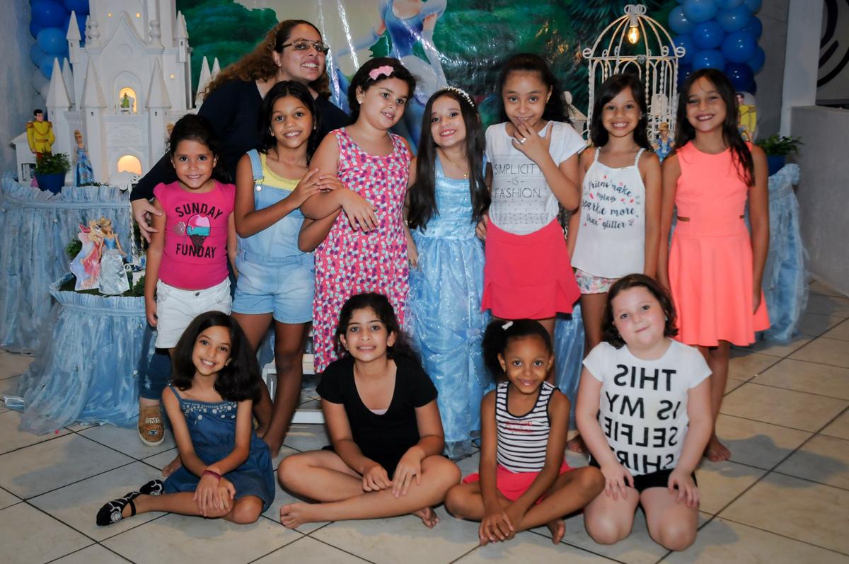 todas as crianças reunidas para serem fotografadas no Buffet Fábrica da Alegria, Osasco,Sp, Festa infantil, Vitória 8 anos, tema da festa Cinderela