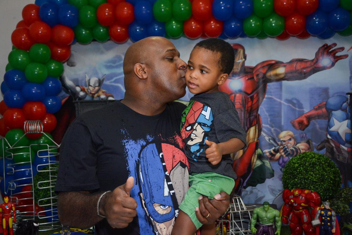 beijo carinhoso do pai no aniversariante no Buffet Fábrica da Alegria Morumbi, São Paulo, tema da festa Super Heróis, João Pedro 3 anos