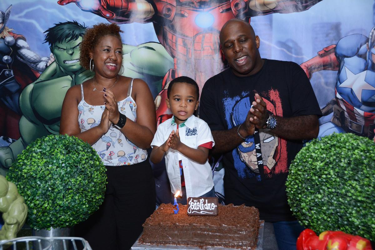 muita alegria na hora do parabéns no Buffet Fábrica da Alegria Morumbi, São Paulo, tema da festa Super Heróis, João Pedro 3 anos