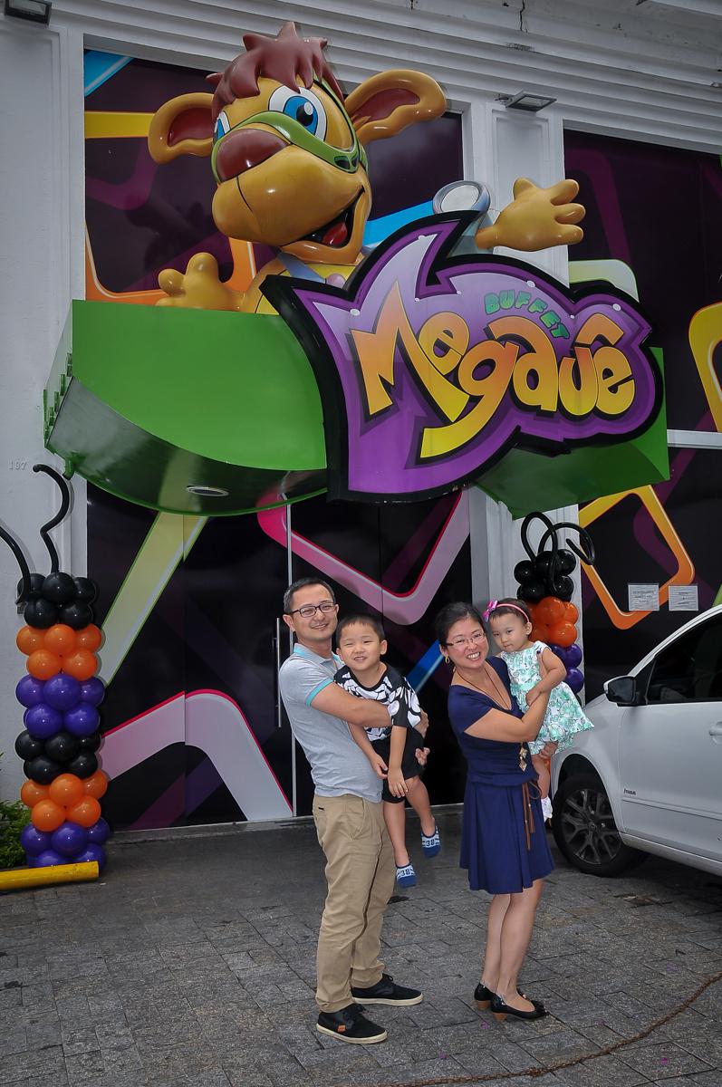 foto da família na frente do Buffet Megauê, Moema, SP, festa de aniversário infantil de Eduardo 5 anos, tema da festa Weloween