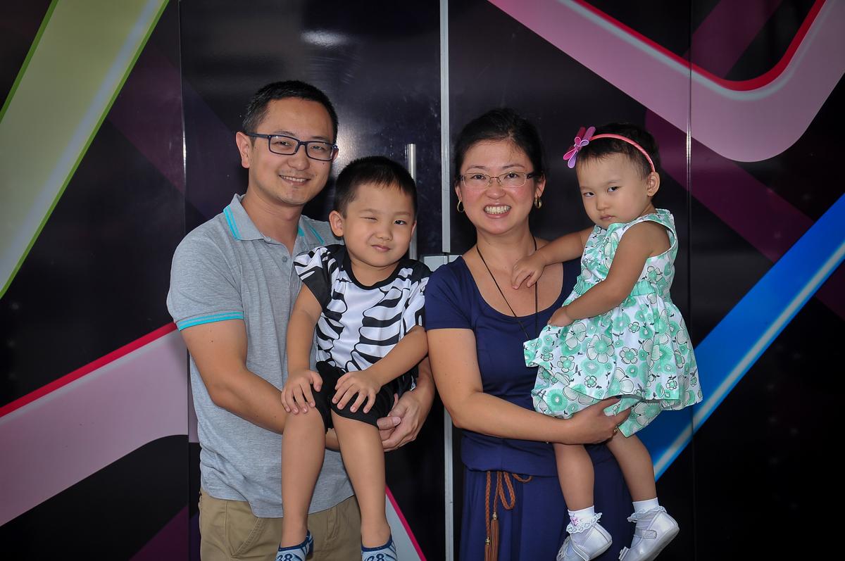 fotografia de família no arco de bexigas no Buffet Megauê, Moema, SP, festa de aniversário infantil de Eduardo 5 anos, tema da festa Weloween