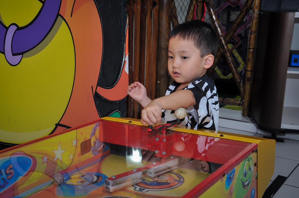 jogo de futebol de mesa no Buffet Megauê, Moema, SP, festa de aniversário infantil de Eduardo 5 anos, tema da festa Weloween