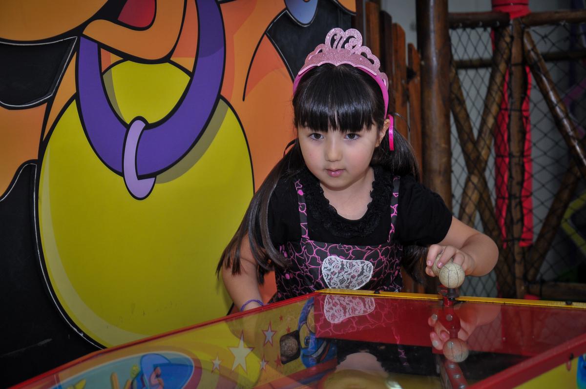 jogando com a amiguinha o futebol de mesa no Buffet Megauê, Moema, SP, festa de aniversário infantil de Eduardo 5 anos, tema da festa Weloween