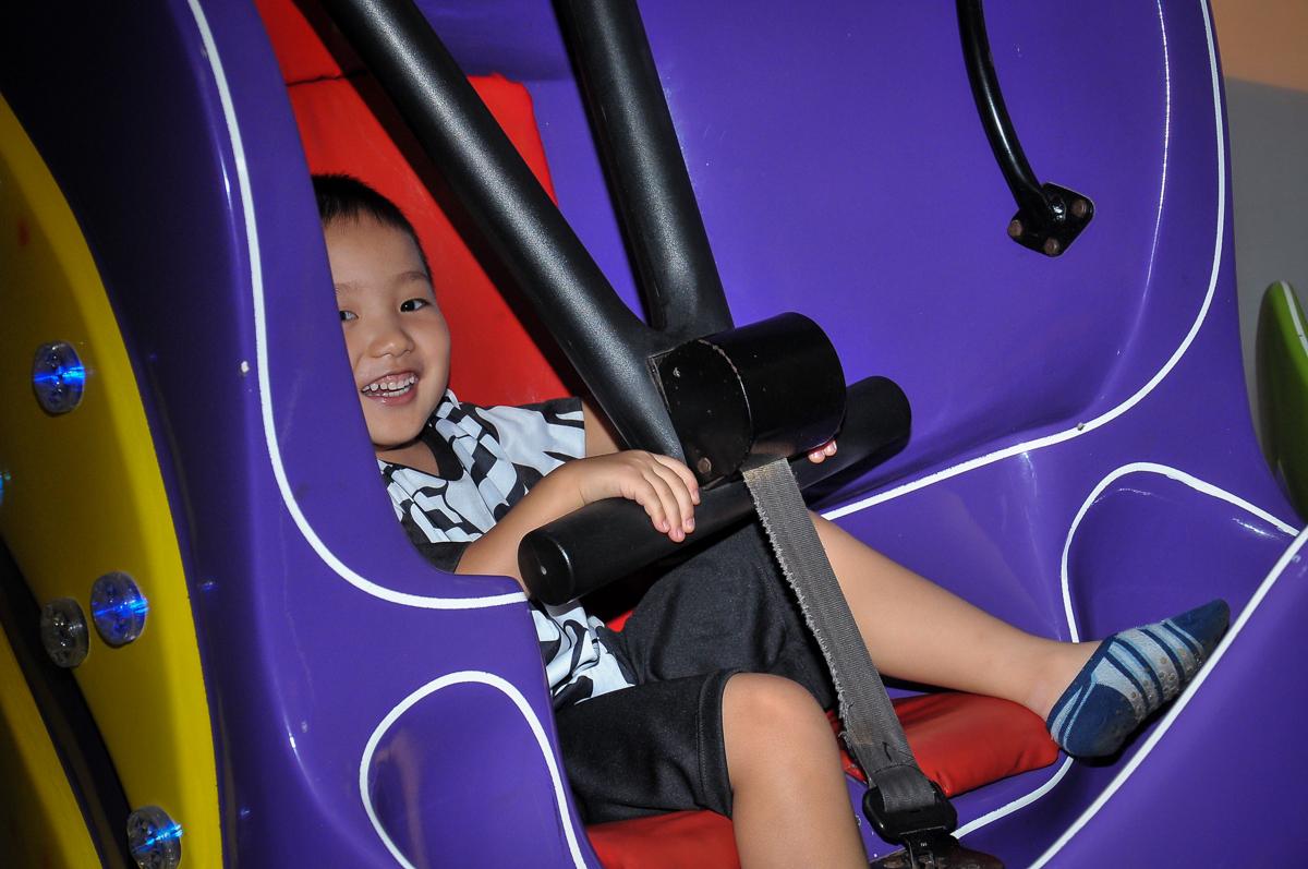 hora de brincar no brinquedo elevador no Buffet Megauê, Moema, SP, festa de aniversário infantil de Eduardo 5 anos, tema da festa Weloween