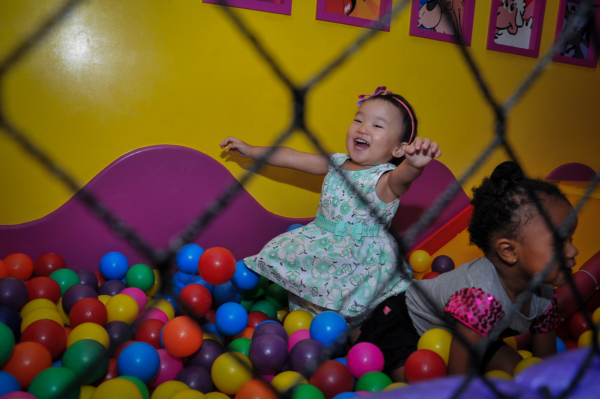 mergulho na piscina de bolinas no Buffet Megauê, Moema, SP, festa de aniversário infantil de Eduardo 5 anos, tema da festa Weloween