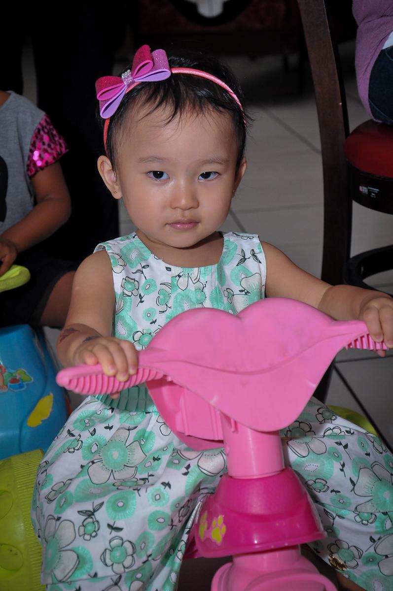 irmãzinha do aniversariante brinca no monociclo no Buffet Megauê, Moema, SP, festa de aniversário infantil de Eduardo 5 anos, tema da festa Weloween