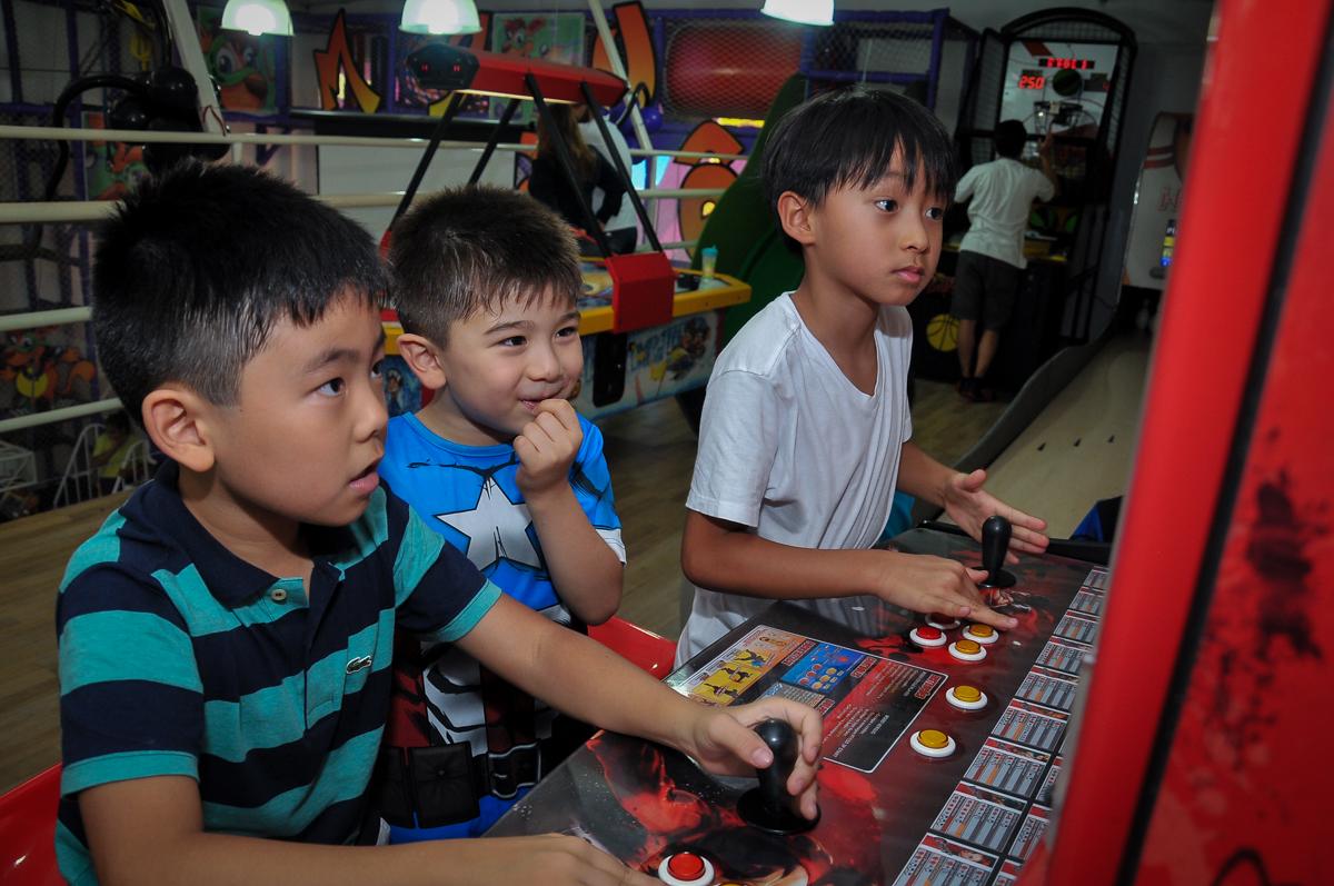 concorrência da molecada nos jogos de game no Buffet Megauê, Moema, SP, festa de aniversário infantil de Eduardo 5 anos, tema da festa Weloween