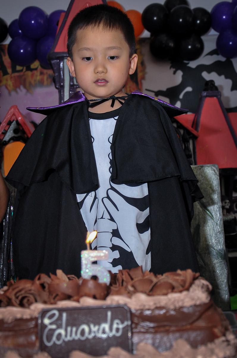 Fantasia de Drácula para o parabéns no Buffet Megauê, Moema, SP, festa de aniversário infantil de Eduardo 5 anos, tema da festa Weloween