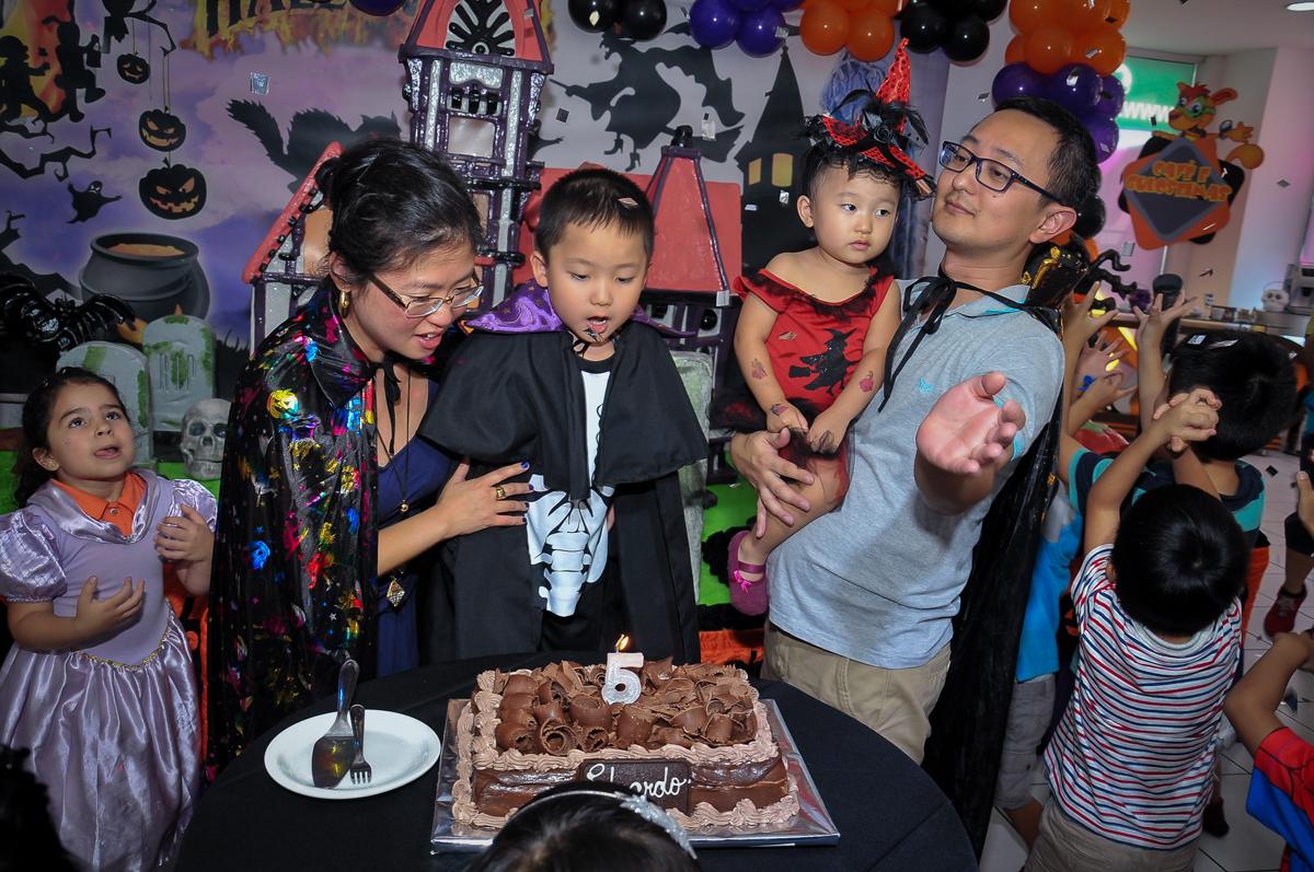 soprando a velina do bolo no Buffet Megauê, Moema, SP, festa de aniversário infantil de Eduardo 5 anos, tema da festa Weloween