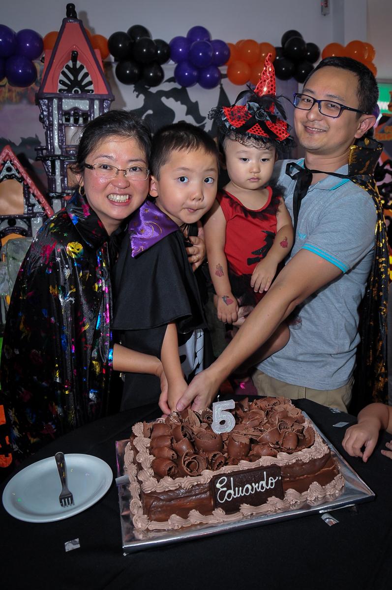 cortando o primeiro pedaço de bolo no Buffet Megauê, Moema, SP, festa de aniversário infantil de Eduardo 5 anos, tema da festa Weloween