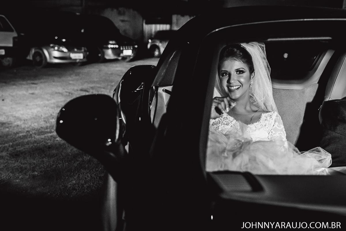 noiva chega no casamento em grande estilo