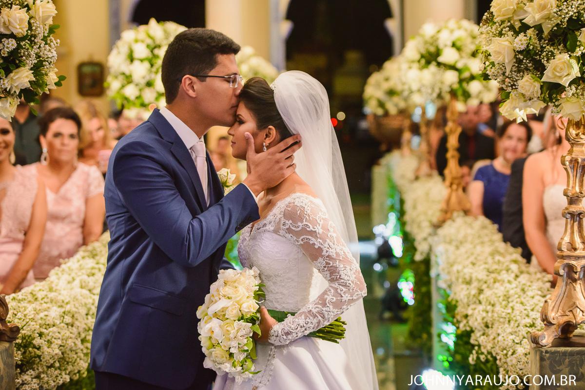 noivo recebe a sua amada no altar