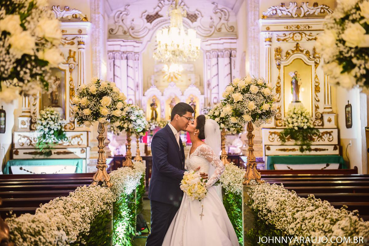 momento na saida dos noivos em seu casamento