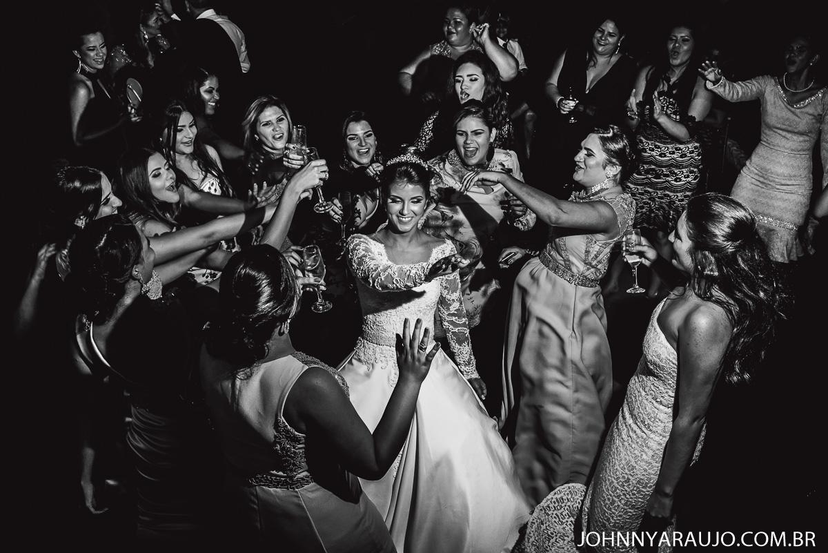 noiva e suas amigas madrinhas no dia de seu casamento tão sonhado