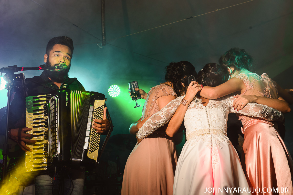 ao som da sanfona os noivos curtem o dia mais importante de suas vidas