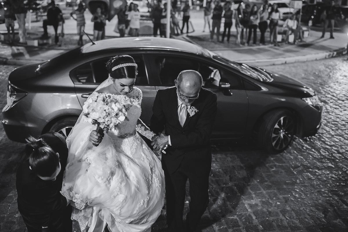 entrada da noiva, e a noiva chega ate a igreja em grande estilo