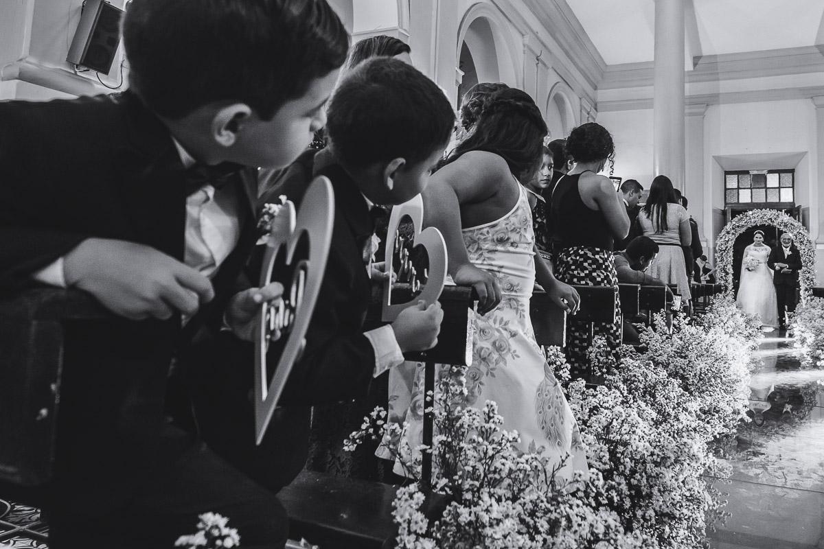 entrada da noiva na cerimonia de casamento