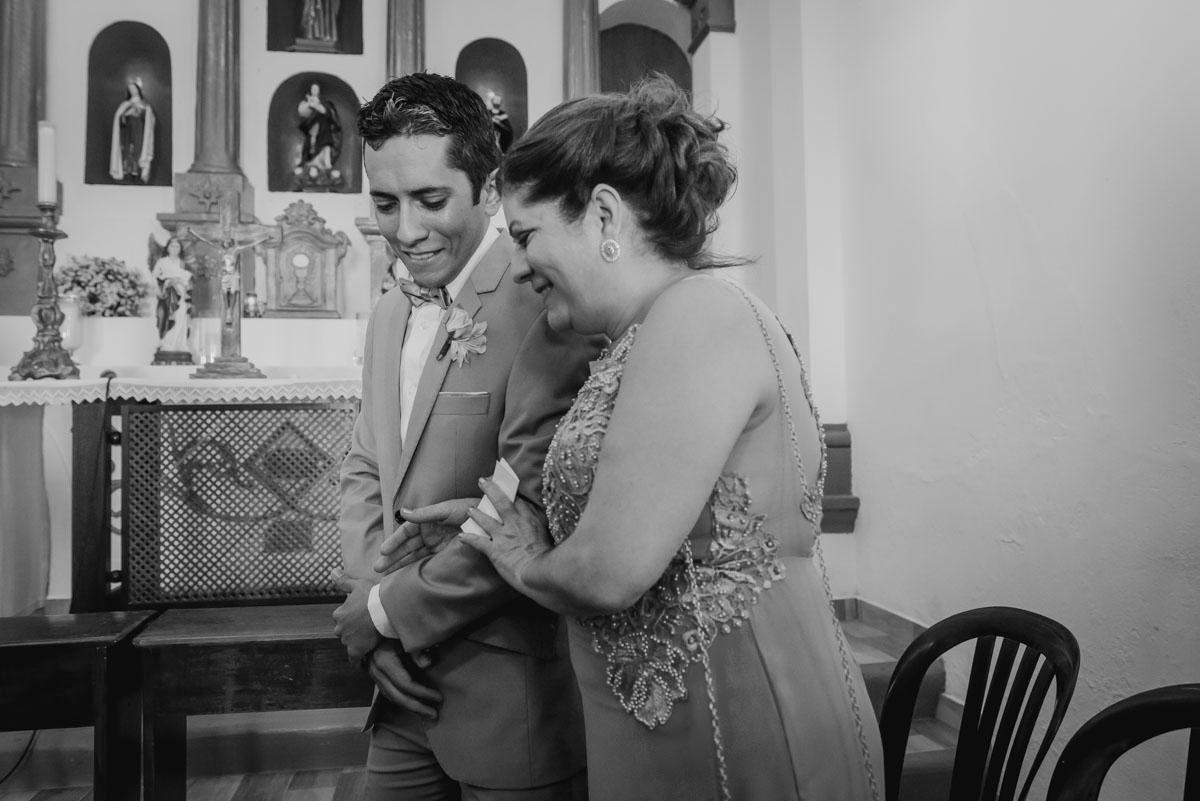 noivo e mãe se emocionam em ver sua furura esposa