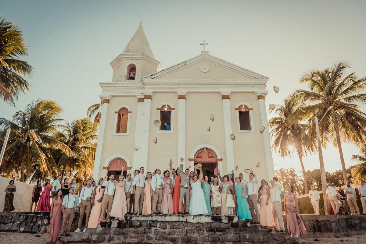 Todos na frente da igreja